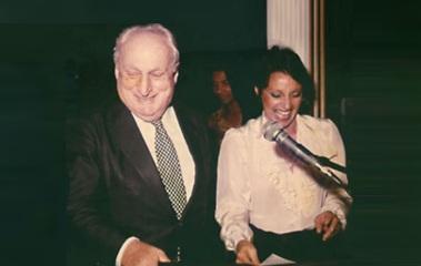 8 de Outubro - Adolpho Bloch - 1908 – 109 Anos em 2017 - Acontecimentos do Dia - Foto 9 - Adolpho Bloch e Iris Lettieri, durante a apresentação do evento 'Prêmio Tendência'.