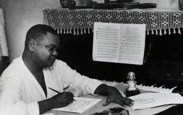 23 de Abril - 1897 – Pixinguinha, compositor brasileiro, compondo.