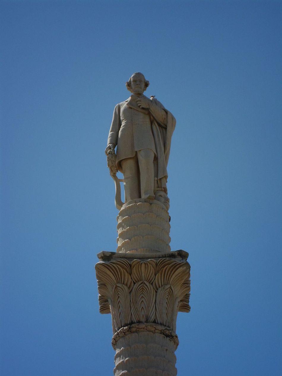 monumento-na-praca-goncalves-dias-em-sao-luis
