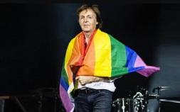 18 de Junho - Paul McCartney - cantor e compositor inglês - no palco com bandeira LGBT.