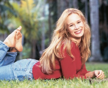 26 de Abril - Mariana Ximenes deitada na grama.