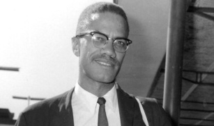 19 de Maio - 1925 – Malcolm X, líder negro estadunidense - sorrrindo.
