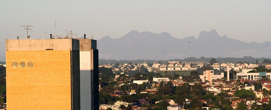 29 de Março - Cadeia de montanhas da Serra do Mar vista do Centro de Curitiba (PR).