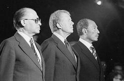 26 de Março - 1979 — Menachem Begin, Jimmy Carter e Anwar Al Sadat, assinam o Tratado de paz israelo-egípcio em Washington, D.C.;