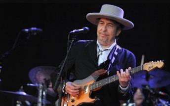 24 de Maio - 1941 – Bob Dylan, músico e compositor norte-americano - on stage, no palco, tocando, playing.