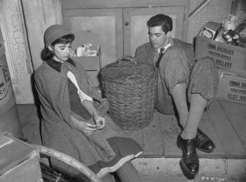 12 de Junho - Anne Frank com seu namorado Peter van Pels (Daan) em cena do filme 'Diário de Anne Frank - Millie Perkins (Anne Frank) e Richard Beymer (Peter van Daan) na versão de 1959