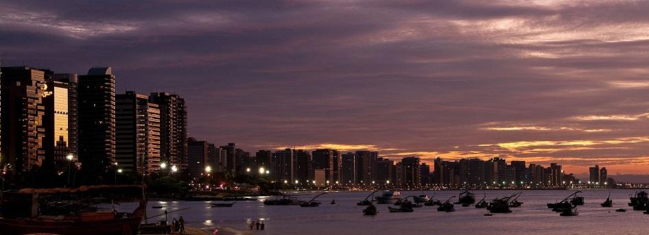 13 de Abril - Panorama urbano da orla de Fortaleza e, em destaque, as tradicionais jangadas do Mucuripe.