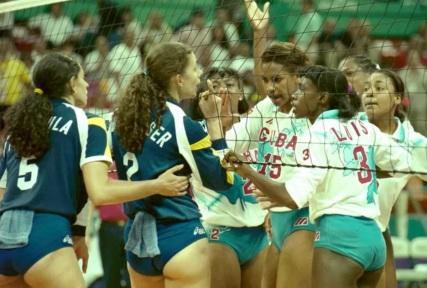 14 de Agosto – Ana Moser - 1968 – 49 Anos em 2017 - Acontecimentos do Dia - Foto 5 - Ana Moser discutindo com cubanas, no clássico do vôlei feminino, Brasil x Cuba, em 1996.