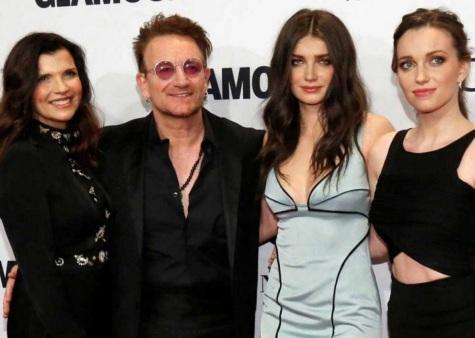 10 de Maio - 1960 - Bono, cantor da banda U2 com a mulher, Ali Hewson e as filhas Eve e Jordan.