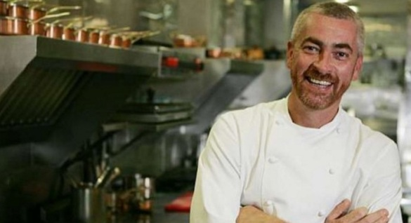 3 de Junho - O chef Alex Atala na cozinha de seu restaurante.