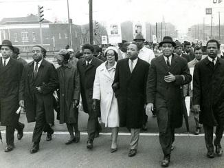 27 de Abril - 1927 — Coretta King com o marido Martin Luther King, em Marcha pelo país.