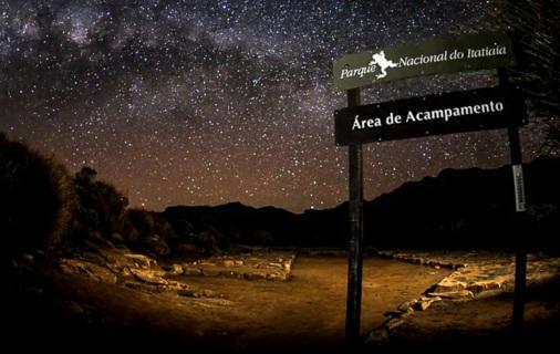 1 de Junho - Parque Nacional do Itatiaia - Céu estrelado e placa de sinalização - RJ.