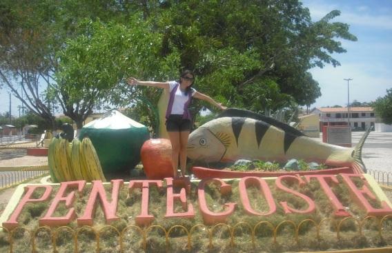 23 de Agosto — Visitante junto ao letreiro da cidade — Pentecoste (CE) — 144 Anos em 2017.