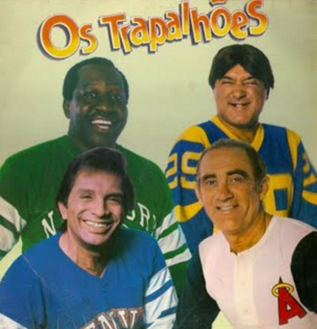 13 de março - Os Trapalhões em foto de disco de 1988 - Mussum (de camisa verde), Zacarias (de camisa azul e amarela), Dedé (de camisa azul) e Didi (de camisa branca)