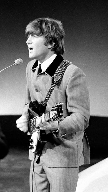 John Lennon em concerto com os Beatles, em 1964.