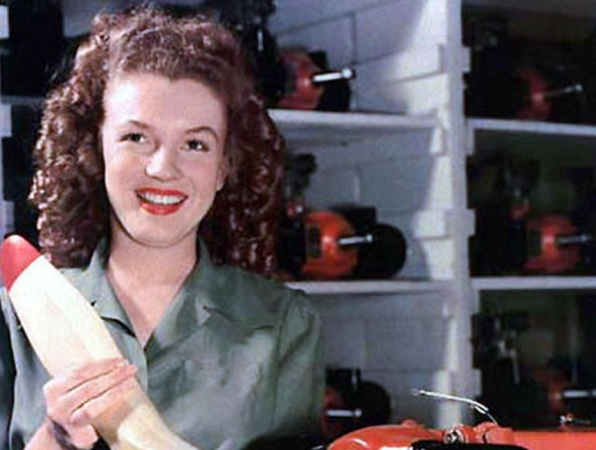 1 de Junho - Marilyn Monroe fotografada enquanto ela ainda trabalhava numa fábrica, no final de 1944.