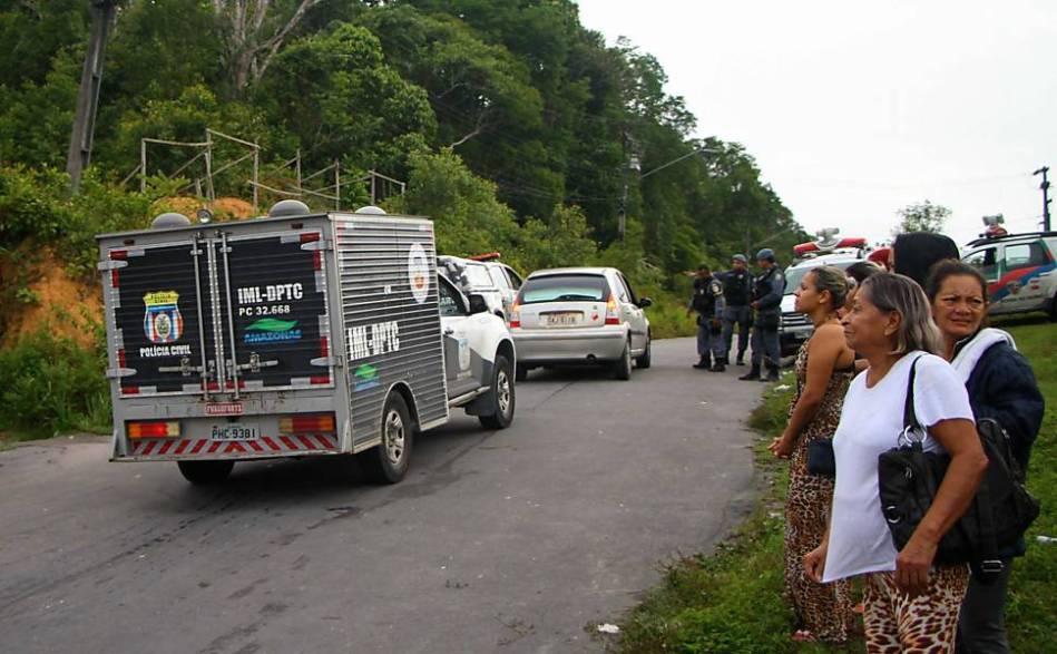 Parentes aguardam informações na entrada do Complexo Penitenciário Anísio Jobim (Compaj), localizado no Km 8 da BR 174, em Manaus (AM)
