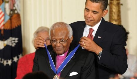 7 de Outubro - Desmond Tutu- 1931 – 86 Anos em 2017 - Acontecimentos do Dia - Foto 14 - Barack Obama condecora Desmond Tutu.