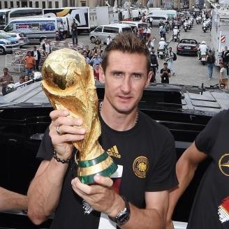 9 de Junho - 1978 — Miroslav Klose, futebolista, alemão, de origem polonesa - com a taça de campeão do mundoo pela Alemanha, em 2014.
